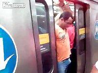 電車のドアに勃起した男性器を挟まれてしまった男がwww