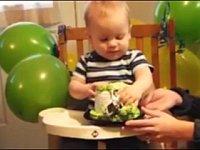 生まれて初めてケーキに触れた赤ちゃんの可愛い反応