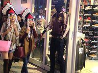 ハロウィンで賑わう大阪でマネキンのフリしてドッキリしかけたったぜ!