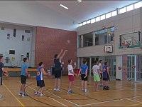 10人が連続でバスケットゴールにシュート&ゴールする神業動画