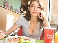 食事中にオッパイを見せてくれる外国人美女