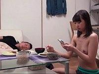 家出してきた従妹の女子校生が裸でリラックスしだしたwwww