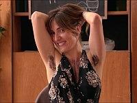 もしも連絡先を聞いたセクシー美女の胸毛とワキ毛がボーボーだったら