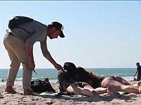 ビーチにいるセクシーお姉さんのビキニの紐を切ったふりをするドッキリ