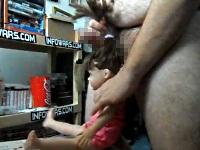 お人形さんの髪の毛を使ってチ●コをシゴくポチャポチャ男