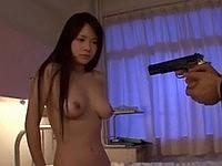 拳銃で脅されながら犯される女の子
