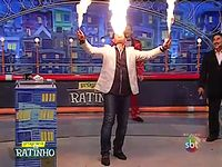 TVショーで火吹き芸を披露!そしてまさかのハプニングが・・