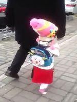 まるで人間! 少女の格好をした犬がスタスタ歩いててワロタ