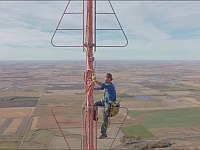 600メートルのTV塔の頂上で作業をしている恐怖映像
