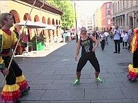 通行人に目隠しさせてリンボーダンスに挑戦してもらう......間に逃げ出すドッキリ