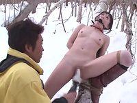極寒の雪山で全裸少女が二穴電マ調教されてる!