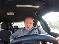 「Shake it Off」を口パクしながら街の安全を守る警察官