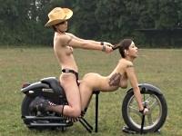 このバイクに乗ってみたい!全裸人間バイク