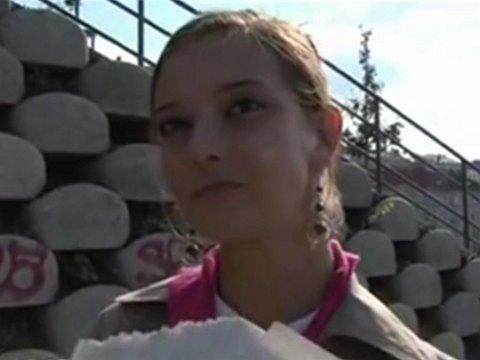 チェコ人の美女をナンパしてお金の力でパイパンに野外ハメしたった_動画サムネ