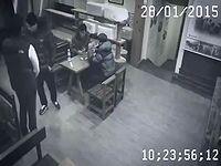 監視カメラがとらえた!迷惑クレーマーをハイキックで一刀両断する女性