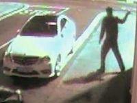 車にイタズラしようとした男性、投げたレンガが顔面に跳ね返り気絶www