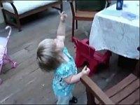 子どもたちが風船を離してしまった瞬間を捉えた動画集