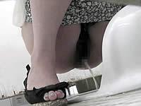 便秘ぎみの娘がアナルを指で押して排泄しているトイレ盗撮動画