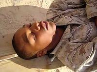 居眠りした兵士を豪快に起こすイタズラドッキリ集