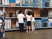 扇風機に向かって声を出して声をかえる遊びは世界共通だとわかる動画