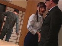 新居の内見中に旦那の見てないところで不動産屋の男を誘惑する爆乳妻