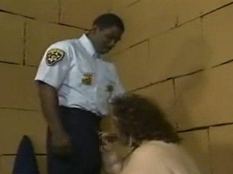 カラダがデカい激ポチャお姉さんにムラムラしちゃった黒人警察官