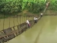 危険すぎ!毎日の通学路で命懸けの橋渡りをする子供達
