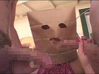 日焼け跡がエロい巨乳白人女と二穴ぶっさし3P!ただし女は紙袋被ってる