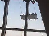 高層ビルで突風に煽られる清掃ゴンドラが怖すぎる...