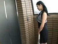 エレベーターから出てきた男に即レイプされる巨乳お姉さん