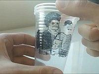 透明な使い捨てコップを使って着せ替え遊び