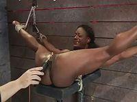 四肢拘束状態でクリトリスを拷問される黒人M女
