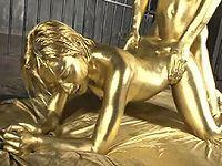 全身金粉まみれ!阿部乃みくがメタリックに輝くゴールデンファック