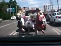 道路を平然と横断するロシアの女性たち
