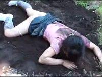 少女を車で拉致して山奥で泥まみれ中出しレイプ