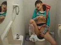 トイレ盗撮してたらランド○ル少女の激しいオ○ニーが撮れてた