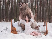 ロシアの美女モデルとヒグマの幻想的な写真を撮影した危険な現場の様子