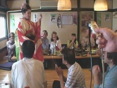 股間にこっそり電マを装着しながら宴会で接客する舞妓さん