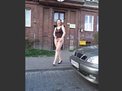 下半身を露出させているテンションの高い女性