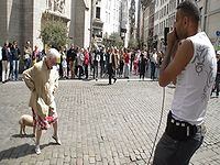 ヒューマンビートボックスの路上ライブ中にお婆ちゃんが乱入! ノリノリで踊り始めた