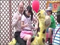 屋上遊園地の乗り物で娘を膝の上に乗せてたら勃起してしまった父親