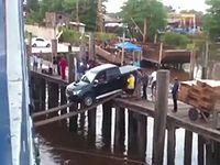 無謀すぎる方法で船にクルマを積み込んでいる衝撃映像