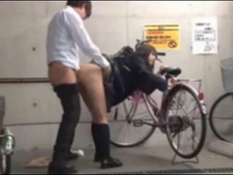 自転車に乗る女子校生のパンチラに興奮したので後をつけてレイプしたった