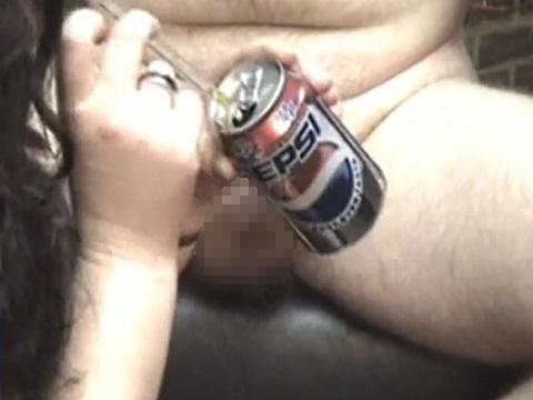 コーラをチ●コで飲ませる女性
