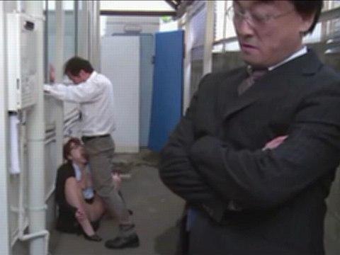 満員電車で痴漢してきたのは自分の上司の課長と部長!物陰でフェラさせられるOL