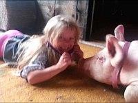 幼女のヘッドバンドを引っ張りたい豚