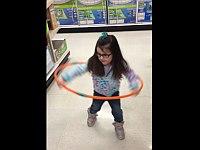 フラフープに挑戦するもよく分からない動きになってしまった幼女