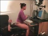 【外国】椅子に座ってパソコンで仕事をしている女、顔面を椅子にされている男