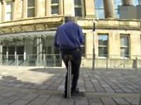 フェンスのポストでアナニーをする男性