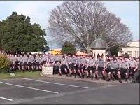 恩師へ感謝を込めてニュージーランドの男子校全生徒1,700人がハカを踊り霊柩車を見送る